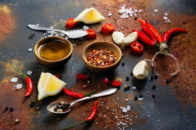 Herbes fraîches et épices sur table en pierre noire