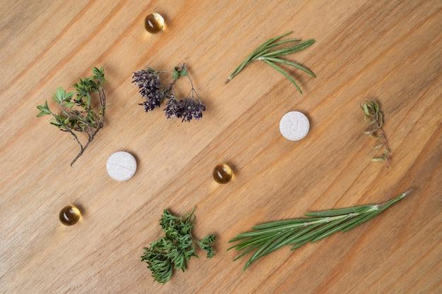 Herbes fraîches et stéthoscope sur table en bois. concept de médecine alternative.