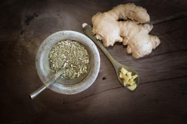 Herbes et gingembre pour infusion sur fond de bois rustique