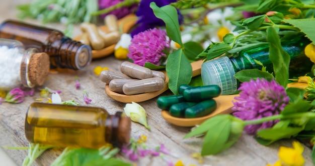 Herbes homéopathiques et pilules médicinales