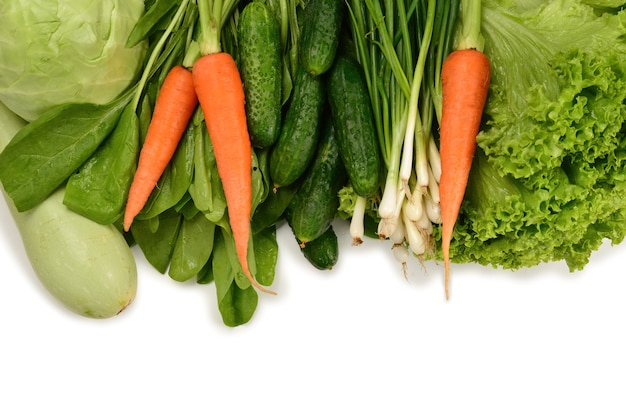 Herbes et légumes verts frais isolés sur blanc