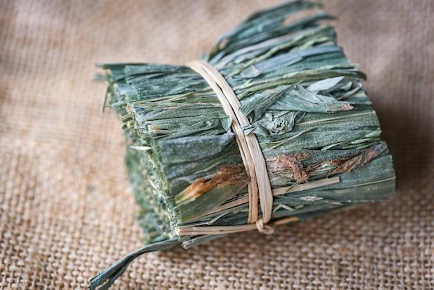 Herbes médicinales herbes séchées de la nature feuilles sèches feuilles d'herbe