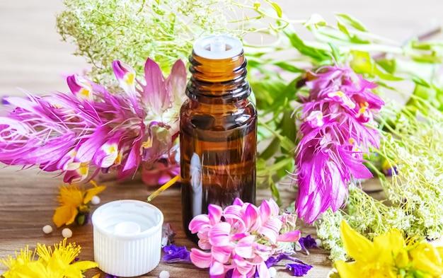 Herbes médicinales, huiles en petits flacons homéopathie. mise au point sélective.nature