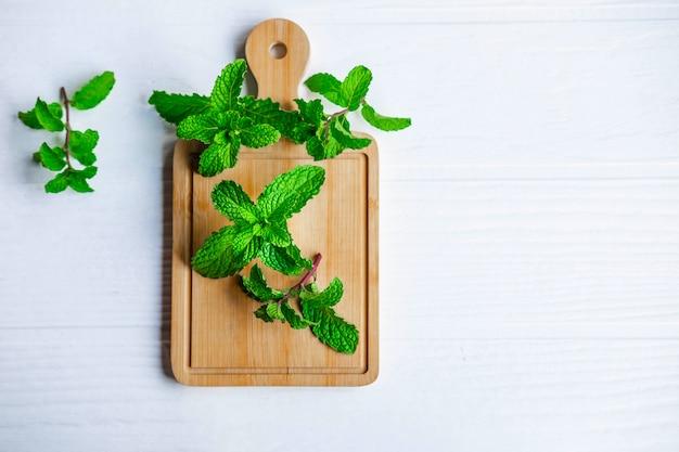 Herbes de menthe fraîche sur table en bois