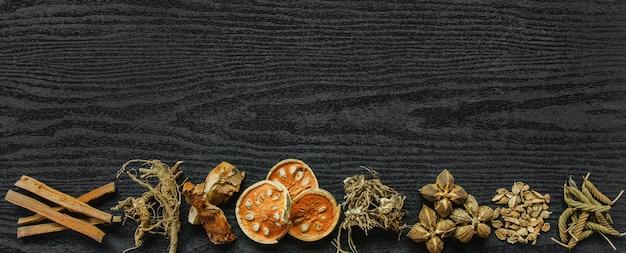 Herbes séchées et le ginseng