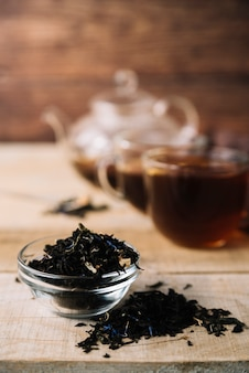 Herbes de thé noir vue de face avec un arrière-plan flou