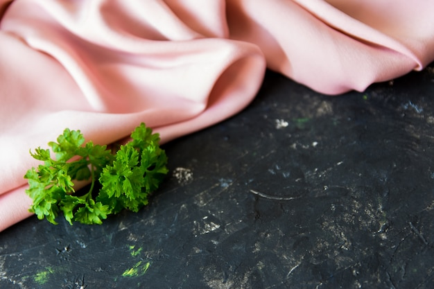 Herbes vertes sur la table de texture.