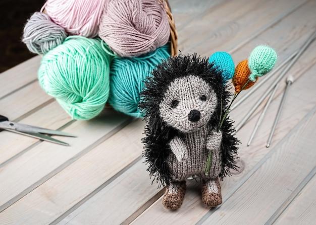 Hérisson tricoté avec des ballons, jouets amigurumi faits à la main tricotés.