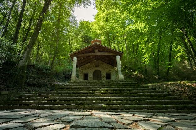 Hermitage au milieu de la forêt