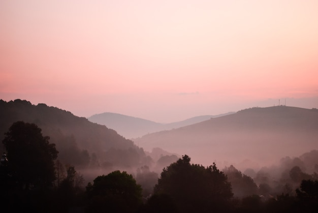 L'heure avant l'aube à mointans. vue du sommet sur le village