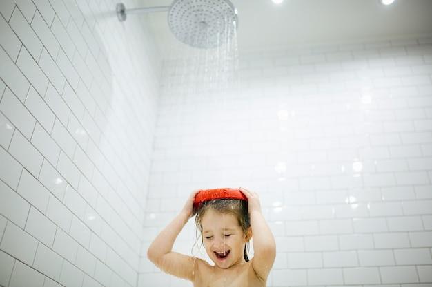 L'heure du bain est amusante. image à mise au point sélective d'une petite fille mignonne prenant un bain et jouant