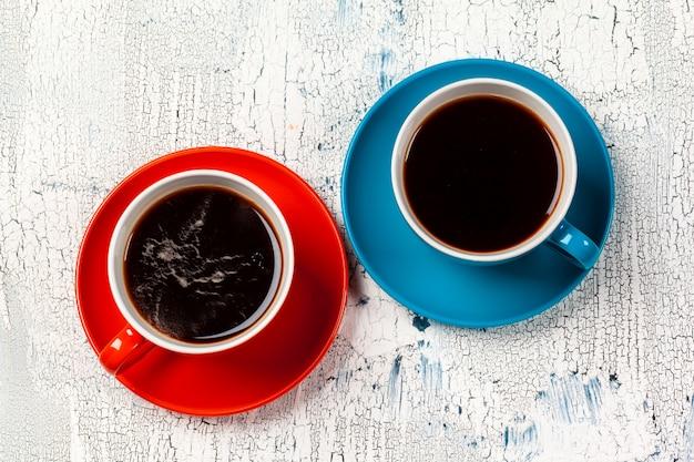 L'heure du café. composition de couleurs vives de tasses à café