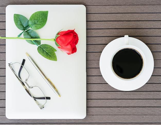 Heure du café avec un ordinateur portable