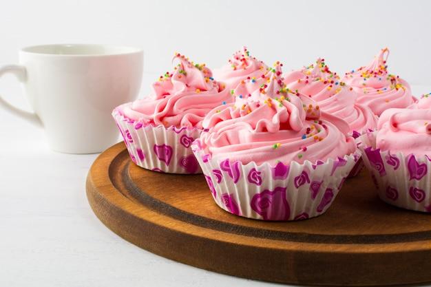 L'heure du thé avec des cupcakes roses