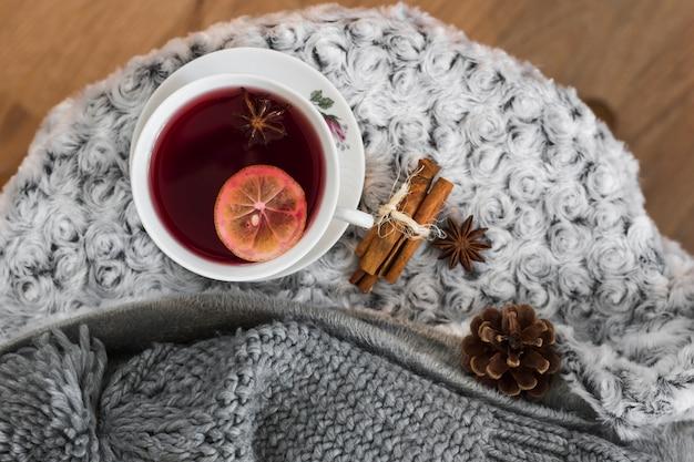 L'heure du thé avec des épices sur un plaid gris moelleux
