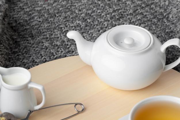 L'heure du thé. tasse de thé sur une table joliment décorée