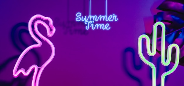 Heure d'été avec flamant rose, feuille de cactus et monstera avec néon rose et lumière bleue. vacances