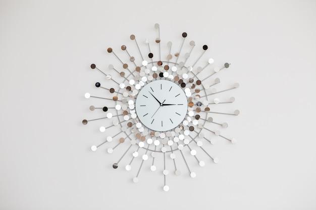 Des heures d'une forme intéressante accrochée au mur