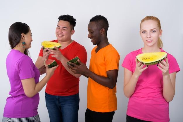 Heureuse adolescente avec un groupe diversifié d'amis multiethniques
