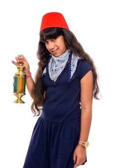 Heureuse adolescente avec lanterne de ramadan