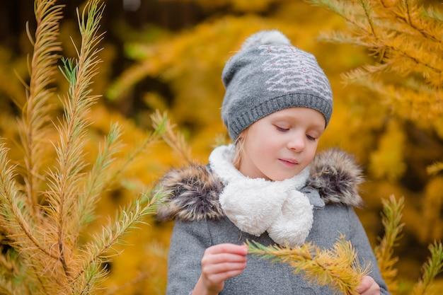Heureuse adorable petite fille s'amuser en plein air à une belle journée d'automne