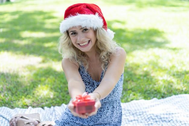 Heureuse belle dame portant bonnet et cadeau