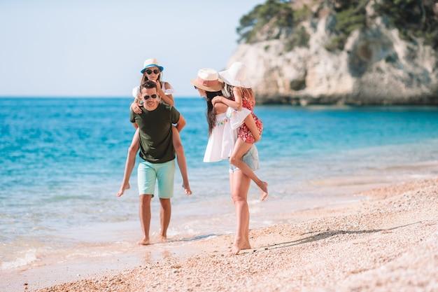 Heureuse belle famille avec enfants sur la plage