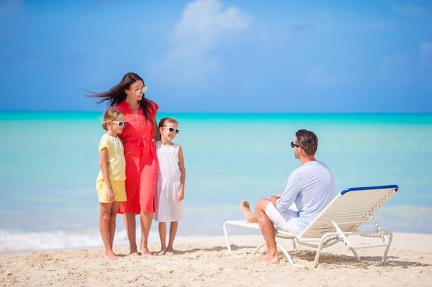 Heureuse belle famille sur la plage blanche