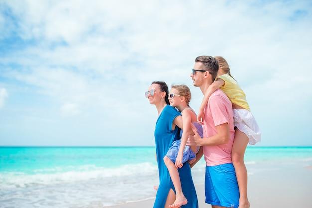 Heureuse belle famille sur la plage sur les caribs