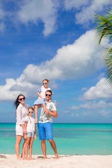 Heureuse belle famille sur la plage