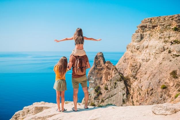 Heureuse belle famille en vacances à la plage tropicale