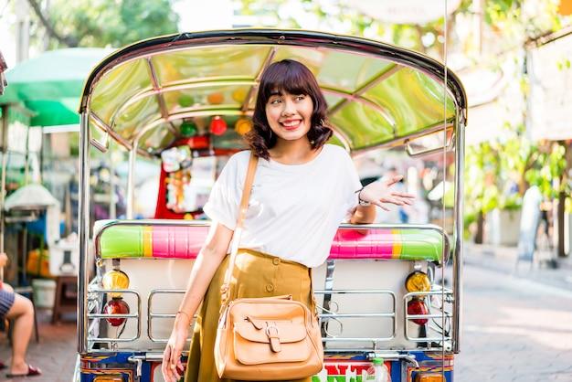 Heureuse et belle femme asiatique voyageant à khao sarn road, thaïlande