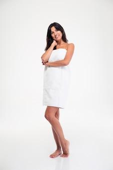 Heureuse belle femme debout dans une serviette