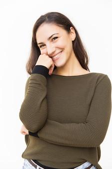 Heureuse belle femme latine touchant le visage