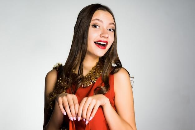Heureuse belle femme vêtue d'une robe rouge