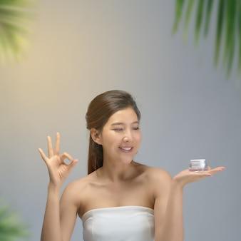 Heureuse belle fille asiatique avec la peau fraîche