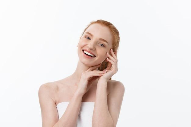 Heureuse belle fille est heureuse de sourire et de rire regarder droit