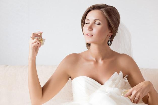 Heureuse belle mariée sexy