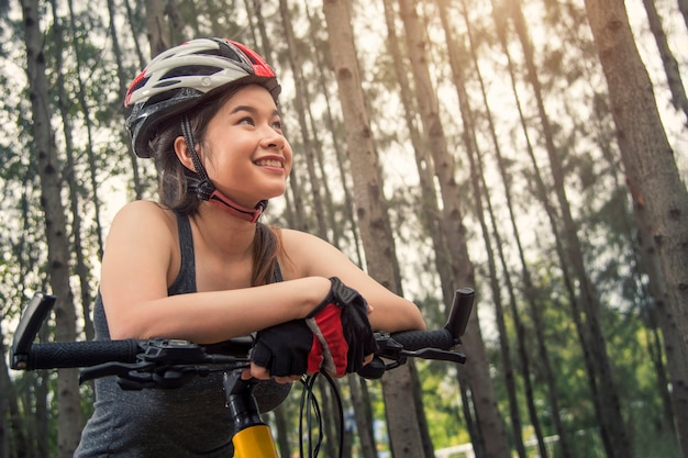 Heureuse belle teen asie sur vélo d'exercice au cours de la matinée