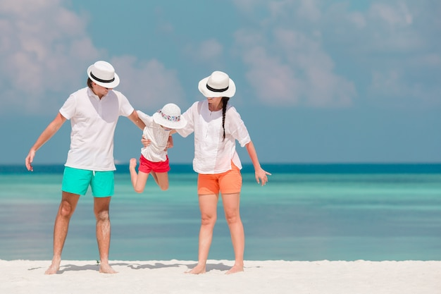 Heureuse belle vacances en famille sur la plage blanche