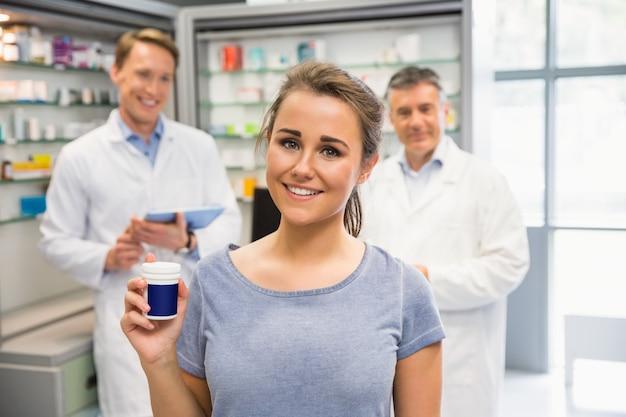 Heureuse cliente tenant son médicament