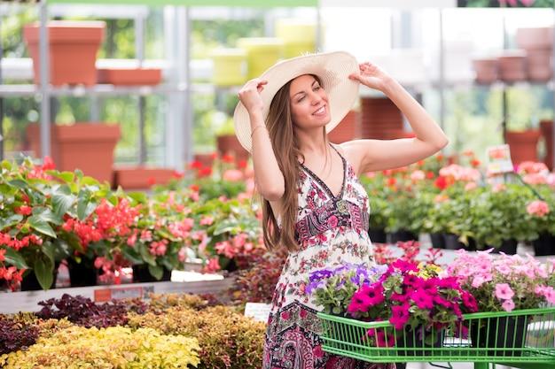 Heureuse élégante jeune fille faisant du shopping dans une pépinière