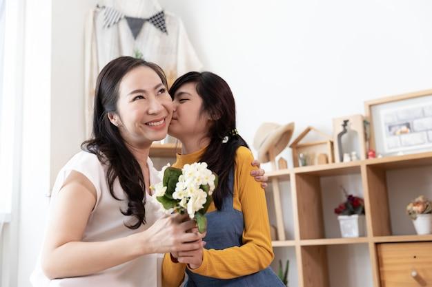 Heureuse famille asiatique. concept fête des mères