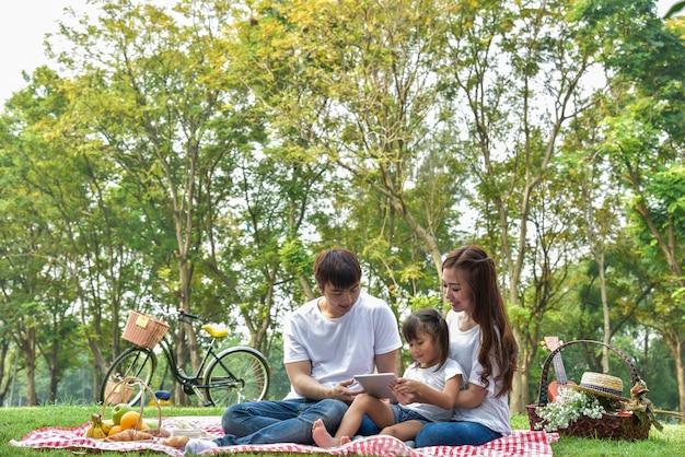 Heureuse famille asiatique dans le jardin