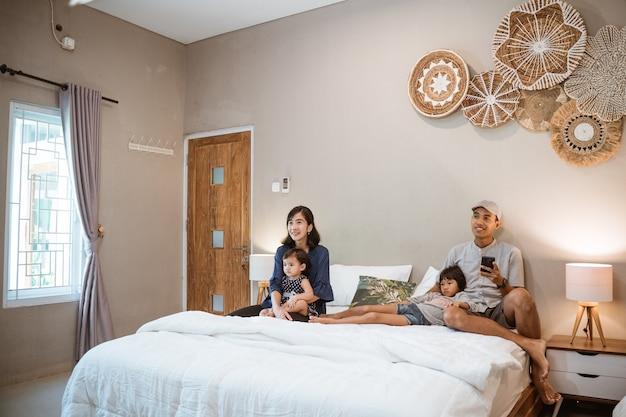 Heureuse famille asiatique avec deux enfants passent leur temps ensemble dans la chambre