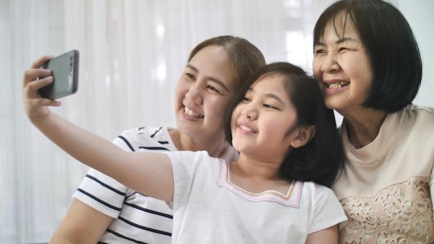 Heureuse famille asiatique prendre selfie photo prise ensemble par smartphone, multi génération d'asie