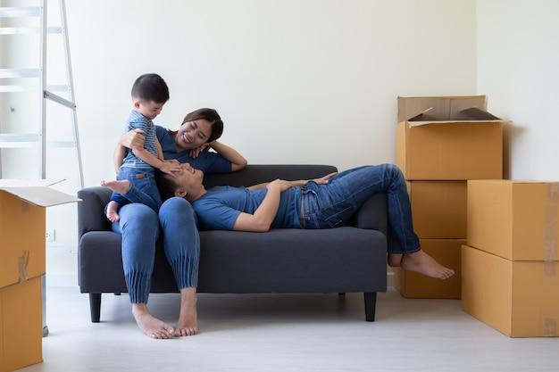 Heureuse famille asiatique s'amusant pendant la journée de déménagement et déménageant dans une nouvelle maison. déménagement et nouveau concept immobilier