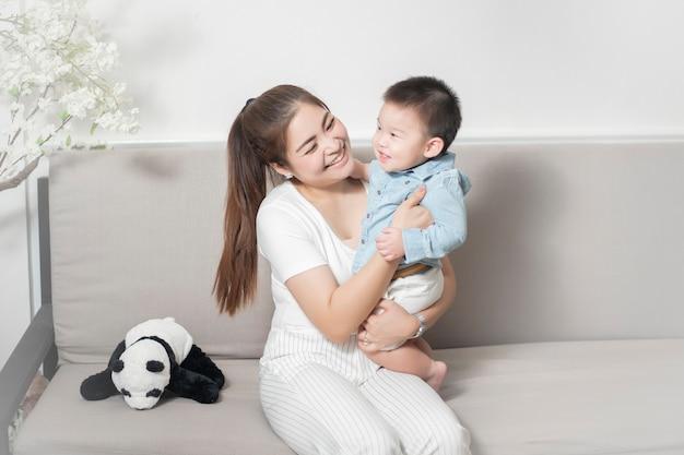 Heureuse famille asiatique sont profiter avec son fils à la maison