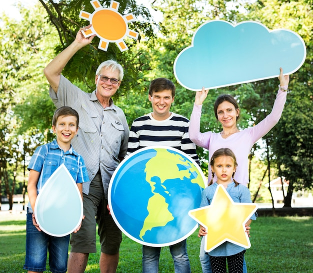 Heureuse famille brandissant des icônes météo