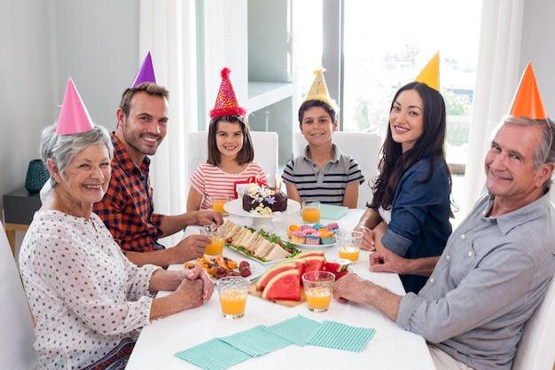 Heureuse famille fête son anniversaire